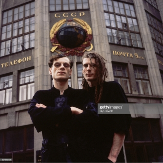 Colin Angus (left) and Will Sinnott (1960 - 1991) of dance/rock crossover pioneers The Shamen, outside a post office in Moscow, circa 1989. (Photo by Glyn Howells/Hulton Archive/Getty Images)